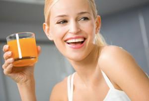 Как лимонад и сок могут разрушить эмаль