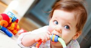 Как вести себя при прорезывании зубов у ребенка