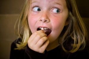 Как вырвать молочный зуб в домашних условиях