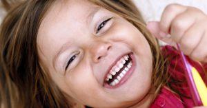 Причины почернения зубов у ребенка