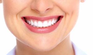 Почему зубная эмаль меняет свой цвет?